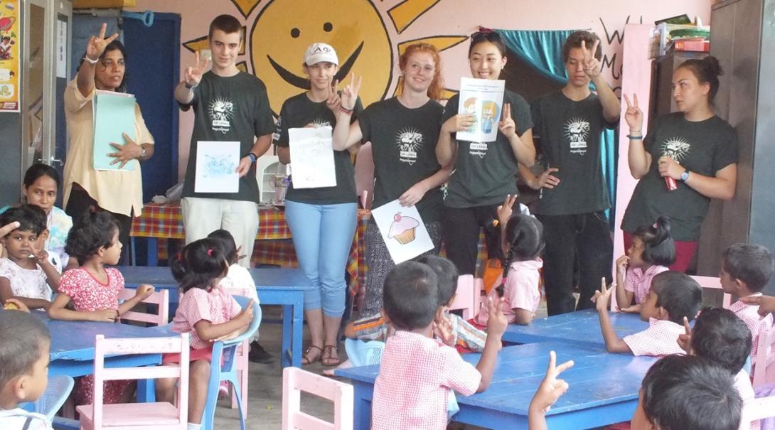 スリランカの子供たちへの保健衛生指導にあたる公衆衛生インターンたち